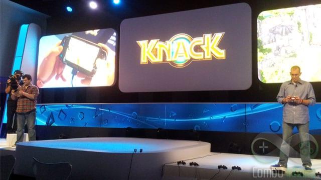 Knack sendo jogado por duas pessoas, uma delas no VITA em Remote Play.