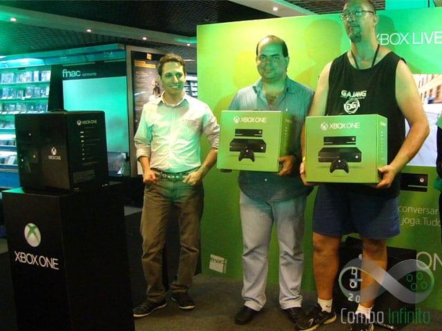 A esquerda Danilo Parise (Ger. produto da Microsoft), no meio Paulo Roberto (primeiro Comprador do console no Brasil) e a direita Eraldo da Silva (segundo comprador)